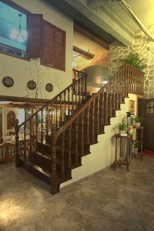 楼梯用墙遮盖还是用木头效果图