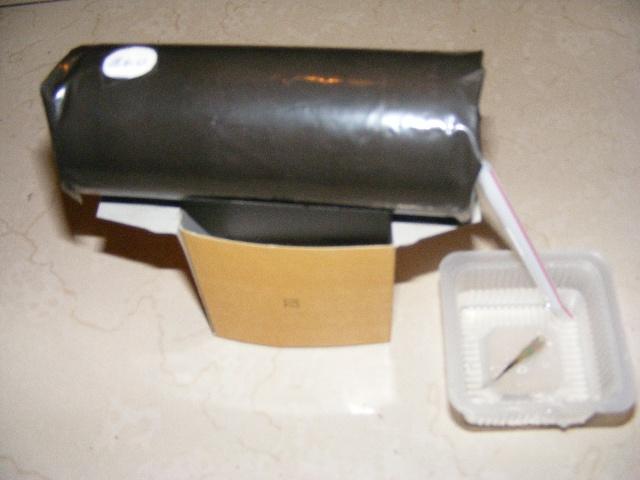 鱼缸太阳能加热器制作说明 作品名称:鱼缸太阳能加热器 制作材料:易拉罐、硬纸盒、塑料管、黑塑料袋、剪刀、胶带 制作过程: 1、 用黑色塑料袋将空易拉罐拉环口封好后整个包起来; 2、 用空纸盒做成支架,将易拉罐架起来; 3、 易拉罐顶开进水口口,侧面开出水口; 4、 鱼缸内安装温控筏门,设定好温度,鱼缸水低于一定温度时加热器自动向鱼缸注水。 优点及用途:冬天,我们养热带鱼都需要用加热棒,让小鱼在温暖的水里游来游去。我受住房楼顶上太阳能热水器的启发,制做的太阳能加热器,简单、节能、方便。