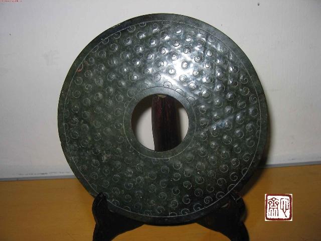 汉代由于技术的改进,镂孔花纹和表面细刻线纹增多了.