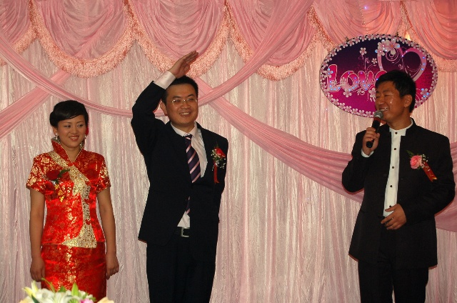 像小学生那样向大家行队礼-知青party 圈友沙漠胡杨女儿的婚礼