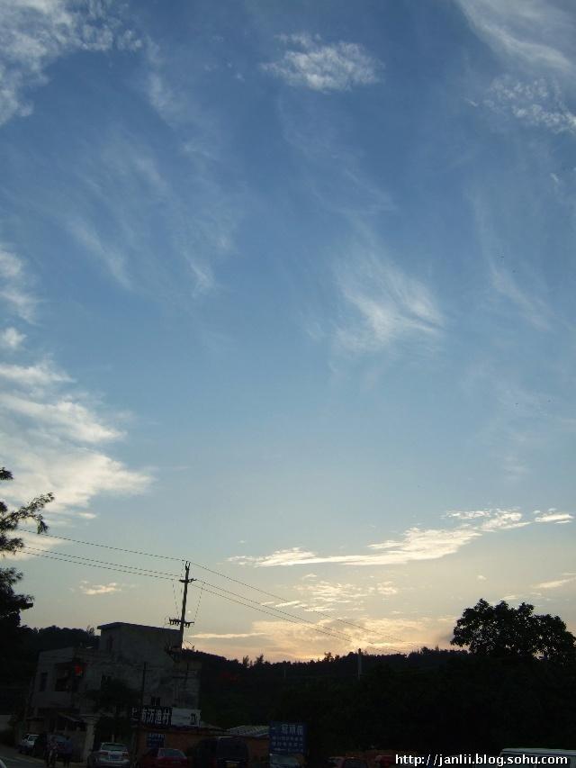 (回到南宁已经是傍晚,夕阳中云朵变成了火烧云,天上蓝色的部分是刚洗过的明净。最后的照片,是车子在街上等红灯的间隙拍的,只能看到天空的局部。那一天的天空如果在野外看的话更美,因为在城市的半空有黑色的云烟飘浮着,就是照片左边的轻薄黑云。我们在城市里兜了几个大圈子,还好有天边的晚霞让人欣赏,可惜一幅令人赞叹的美景,只能留在脑海中了)