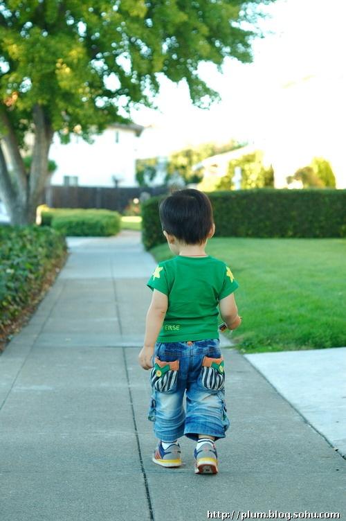 挺着肚子走路的小孩