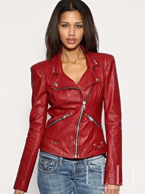 时尚解析:大红色的修身短款皮衣十分亮眼