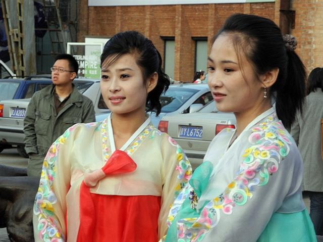 北朝鲜现状图片美女_街拍北京798艺术区清新靓丽的北朝鲜美女(组图)-阿瓜摄影-搜狐博客