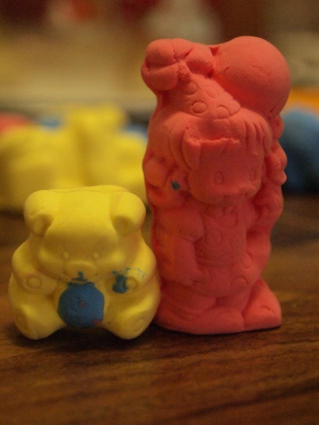终于盼到放假了,什么外出计划都没有,只想一家人好好呆在一起,陪着小妞尽情的玩。 所有的玩具统统搬出来,我们玩个遍。Lia的玩具绝对不算多,我不提倡给孩子买成堆的玩具,有几个能激发小孩子动手动脑,不断创新,不断有新花样的玩具就行了。玩具多了,孩子的注意力难得在某个玩具上,懒得动脑筋去想怎么换个法子玩,又有不一样的发现。乱花钱不停买,孩子也不知道玩具得来之不易,不懂得爱惜玩具。院子有其他妈妈跟我说,她宝宝只爱新玩具,但凡玩过看过的,马上就没兴趣了。我去他们家,看到简直是堆成山的玩具,好几大箱子都装不完。Lia