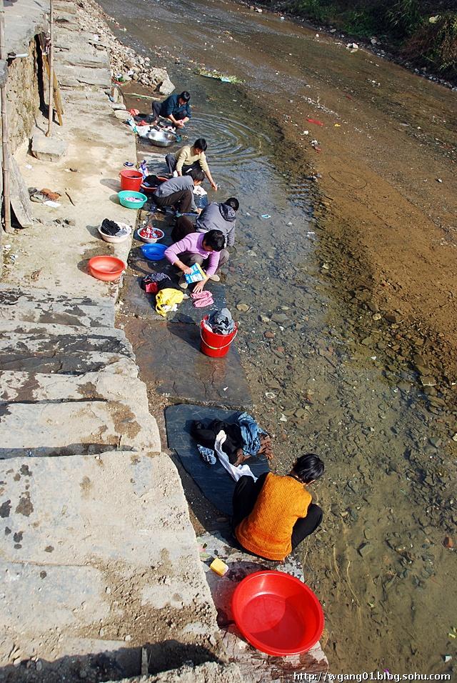 在河边洗衣是需要蹲功的