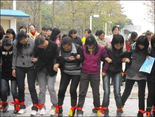 团队游戏_团队体验式生命德育游戏1连环躺_体验式学习