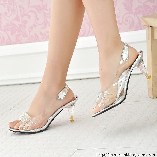 高跟鞋带脚镣美女图片-女孩,别让高跟鞋带给你伤害图片