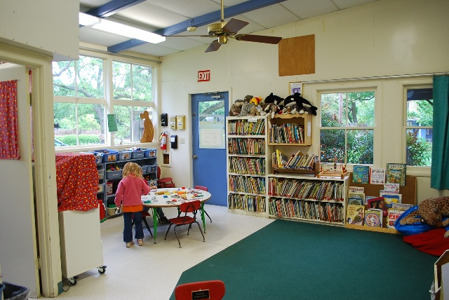幼儿园占地面积较大,尤其是室外的活动场所,具有多棵参天大树的一大片