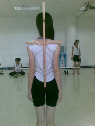 礼仪小姐的站姿背部要求-探密深圳大运会礼仪小姐训练的内幕 组图