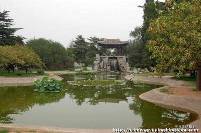 园址地处北京西山风景区,环境清幽,植物茂盛.