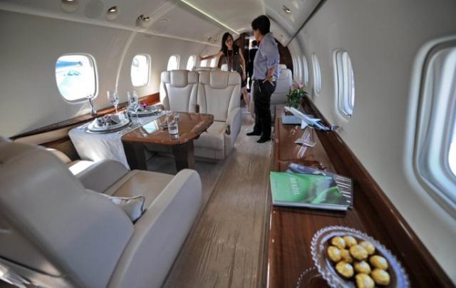 成龙私人飞机内部设施 很豪华(组图)