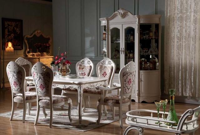 实木家具的选购: 三看 看材料。   一般好的家具,打开柜门、抽屉后,其木质干燥、洁白,纹理清晰、明了,质地紧密、细腻。而那些由劣质材料加工而成的家具是无法达到上述水平的。同时好的家具要求打开柜门或抽屉后,不能有任何刺激性气味。 看组件。   查看家具受力部位(沙发腿、立柱、连接立柱之间靠近地面的承重横条等),确保没有大的节疤或裂纹、裂痕。查看抽屉的滑动和定位,打开所有柜门和抽屉,确保它们安装得当,使用无碍。特别注意重型家具组件的接合处,应有螺盖紧固。查看家具上所有采用人造板的部件,确保其已经实行封边处理